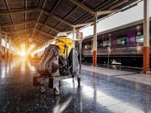 Maleta en andén de tren