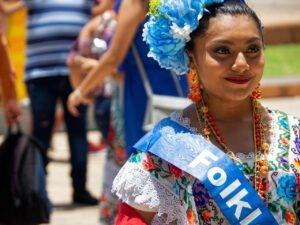 Chica de Mérida en traje típico