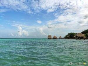 Agua turquesa de la laguna de Bacalar Mexico