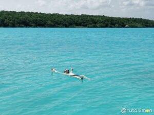 Victor bañandose en la laguna, lo mejor que hacer en Bacalar