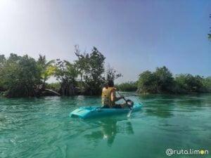 Victor en un Kayak en la laguna de los siete colores