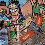 Anna posando en un grafitti del barrio de Getsemaní