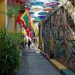 Paraguas y grafittis en una calle de Getsemaní