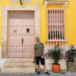 Victor posando sobre una fachada amarilla de Getsemani