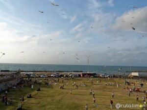 Gente volando cometas en Cartagena de Indias