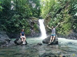 Victor y Anna en la cascada verde de Uvita