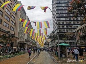 Gente en la calle Avenida 7 de Bogota