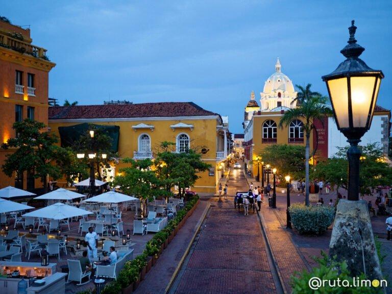 Calles del casco histórico de Cartagena de Indias uno de los mejores lugares turísticos de Colombia