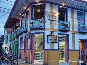 Casa de colores en la plaza central de Filandia