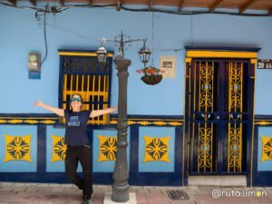 Que ver en Medllín - Anna en una calle de Guatapé