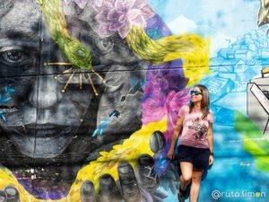 Que ver en Medllín - Anna posando en un el grafitti de operacion orión en la comuna 13