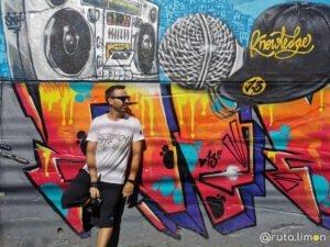 Que ver en Medllín - Victor posando en un grafitti de la comuna 13