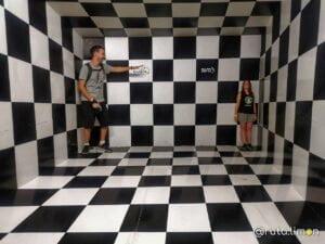 Que ver en Medllín - Anna y Victor realizando un experimento de prespectiva en la Sala Mente