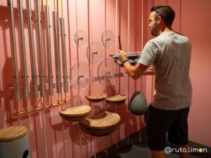 Que ver en Medllín - Víctor tocando instrumentos en la sala Musica del Parque Explora