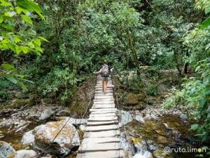 Anna cruzando un puente de madera del recorrido por el Valle del Cocora