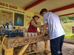 Preparando cafe durante el tour de cafe en la finca Ocaso
