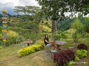 Anna sentada en el jardín de la finca Ocaso de Salento