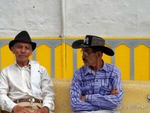 Hombres con sombrero sentados en la calle Salento