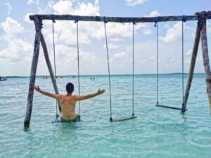 Victor en el columplio en el agua en el balneario Cocalitos